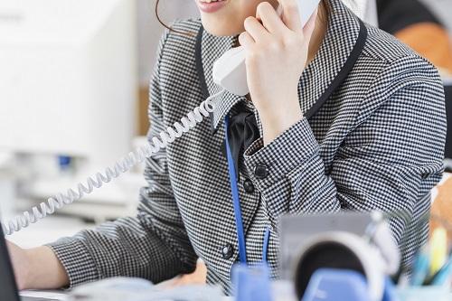 オフィスで電話をしている女性